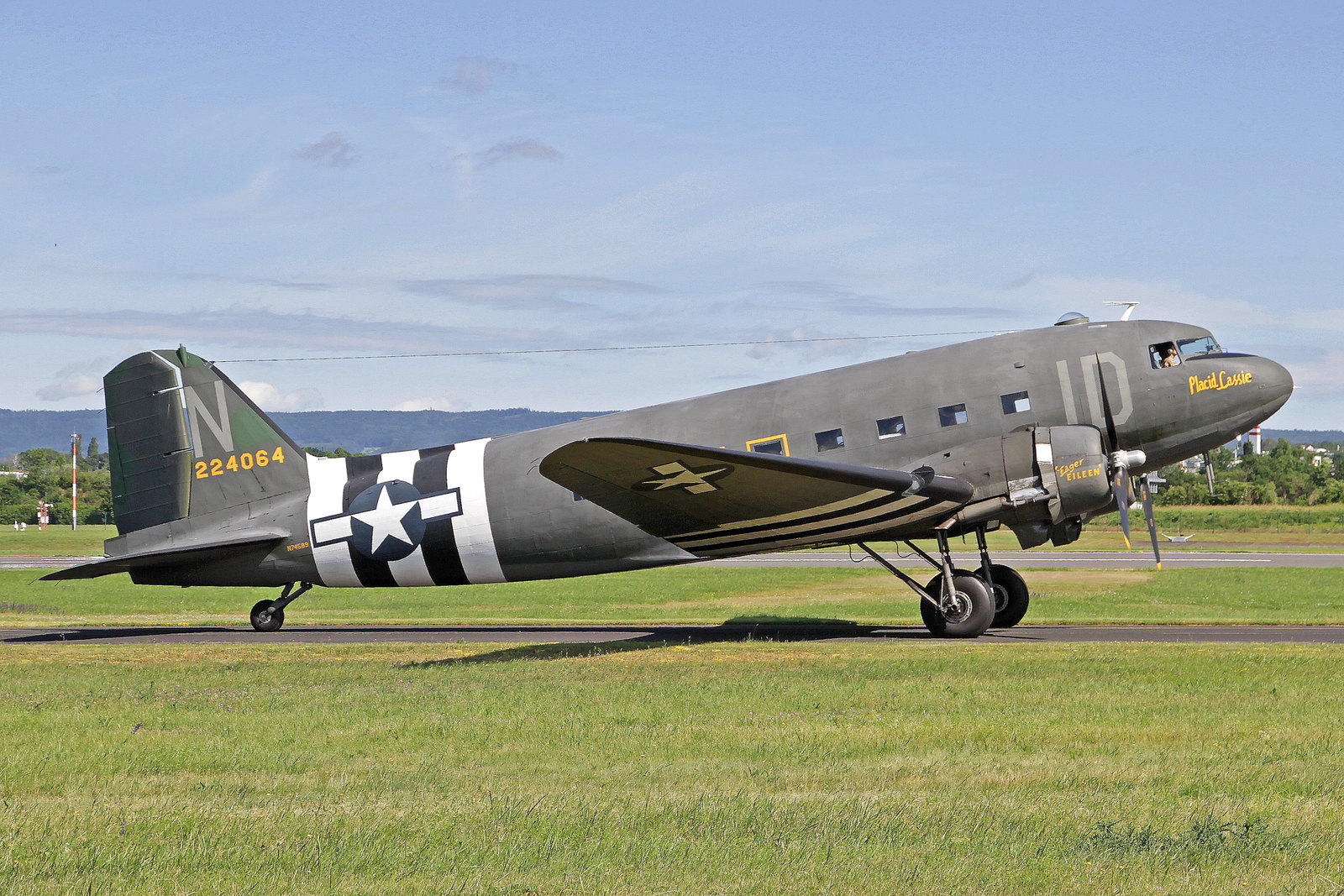 """N7458 - Diese Maschine wurde 1942 als eine C-47A-40-DL von Douglas in Long Beach gebaut, im 2. Weltkrieg erhielt sie von ihrer Besatzung den Namen """"Placid Lassie"""". Auf dem linken Motor ist der Name der Ehefrau des Crew Chief's zu sehen: """"Idling Ada""""."""