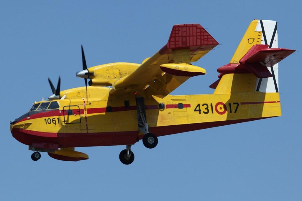 CL-215 kehrt von einem Überwachungsflug zurück. Während der Waldbrandsaison fliegen die Maschinen nahezu täglich Patroullien.