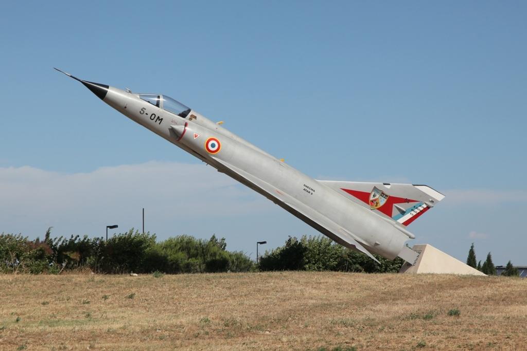 An der Autobahnabfahrt grüßt diese Mirage III.
