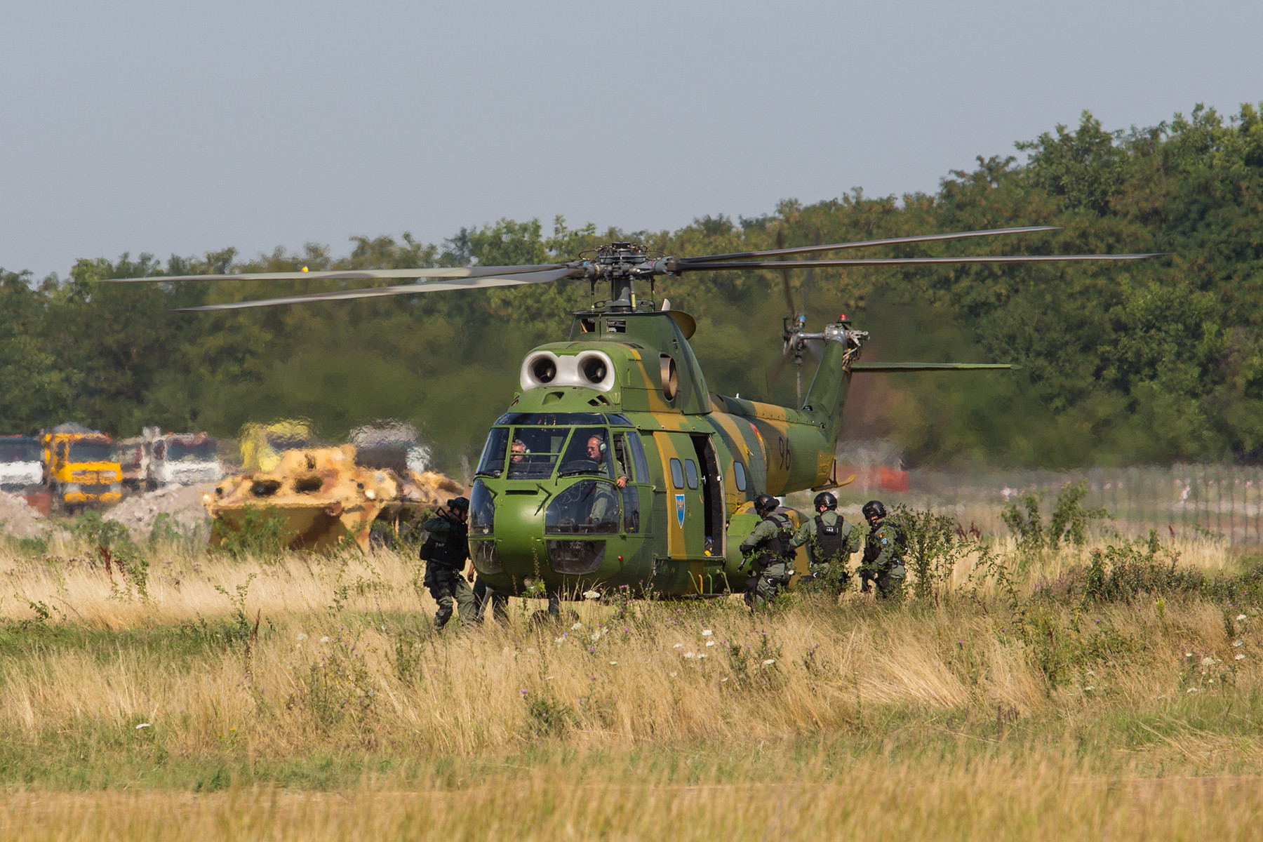Nachdem die Verlezten geborgen wurden, nimmt ein weiterer Hubschrauber die Sicherungskräfte wieder auf.