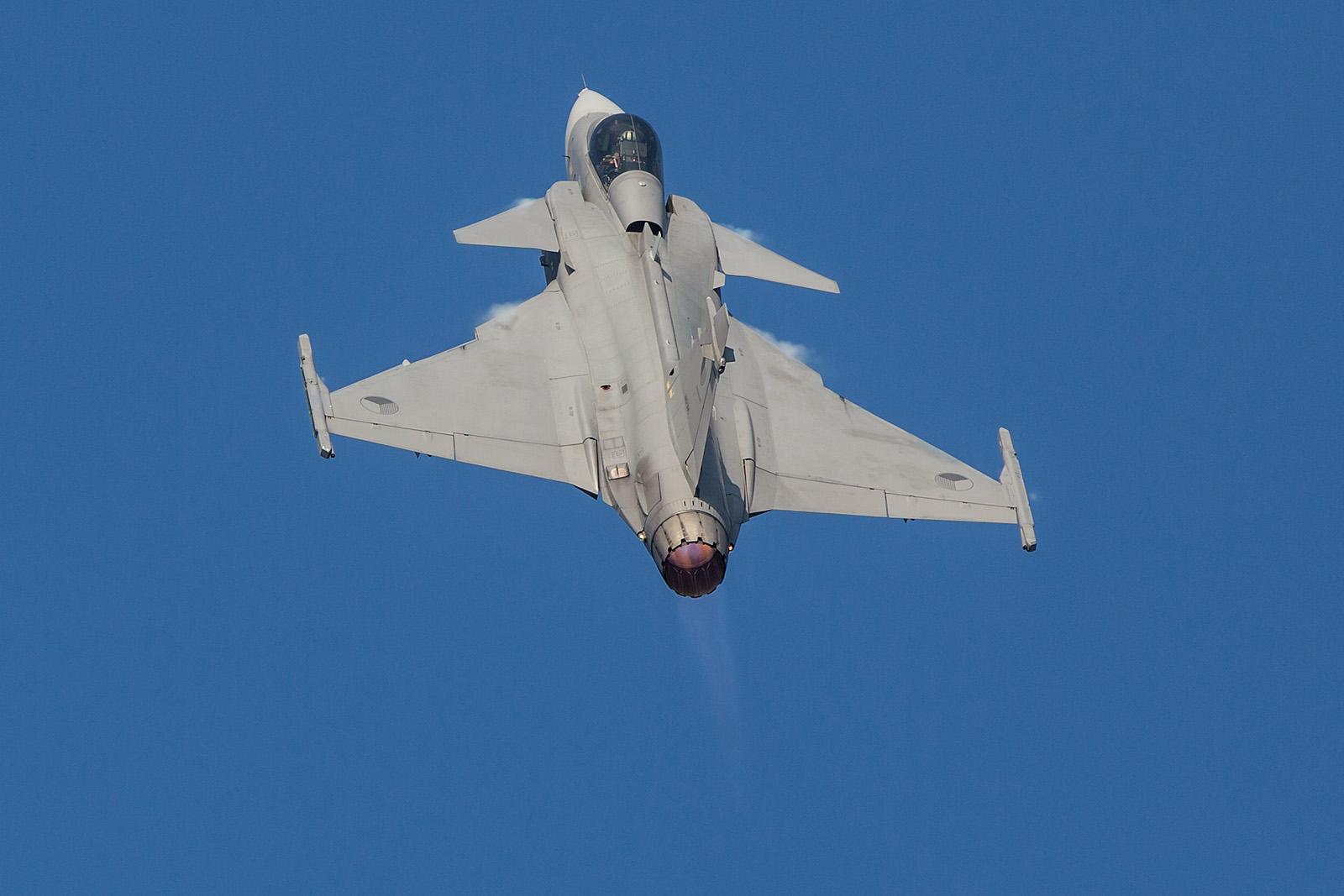 Die Gripen fliegt ein sehr bemerkenswertes Display. Trotz nur einem Triebwerk ist der kleine Jet sehr wendig und schnell.