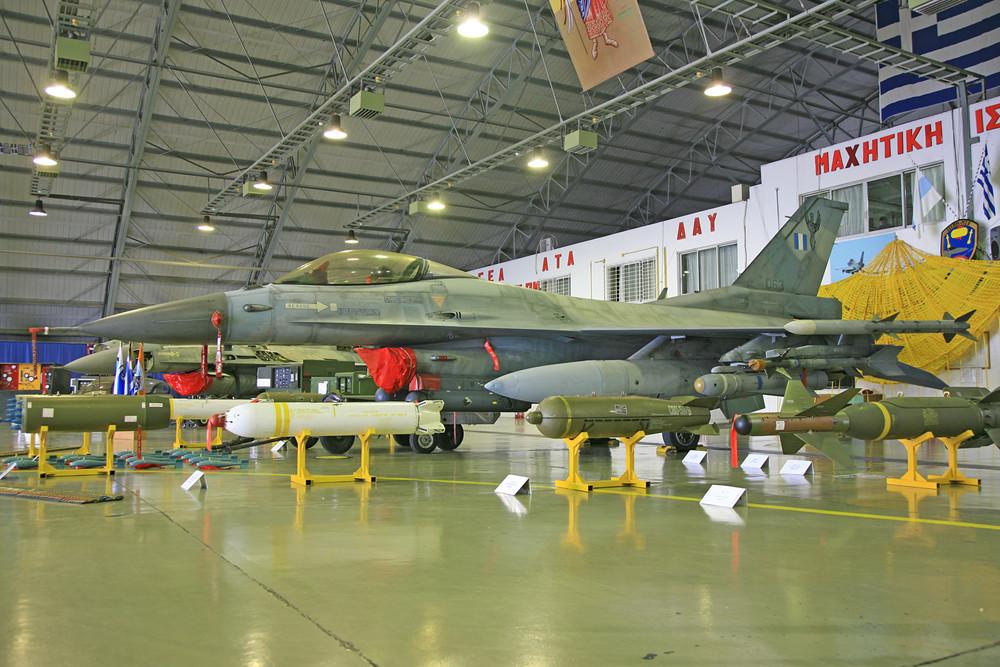 Die 347. Mira fliegt die F-16 auch auf Bombermissionen.
