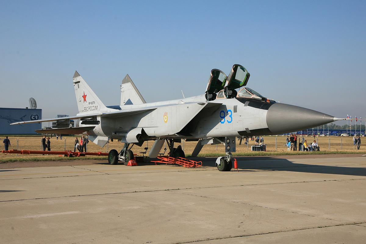 Die Weiterentwicklung der MIG-25, war die MIG-31 mit ihren zwei riesigen Solowjow D-30 Triebwerken.