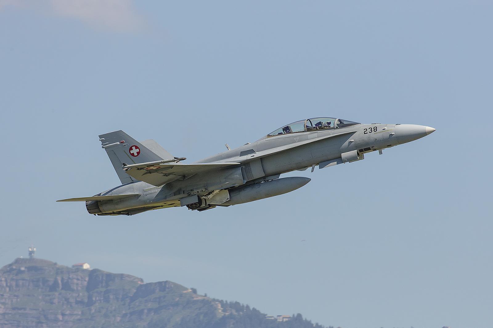 F-18 mit dem Gipfel des Rigi