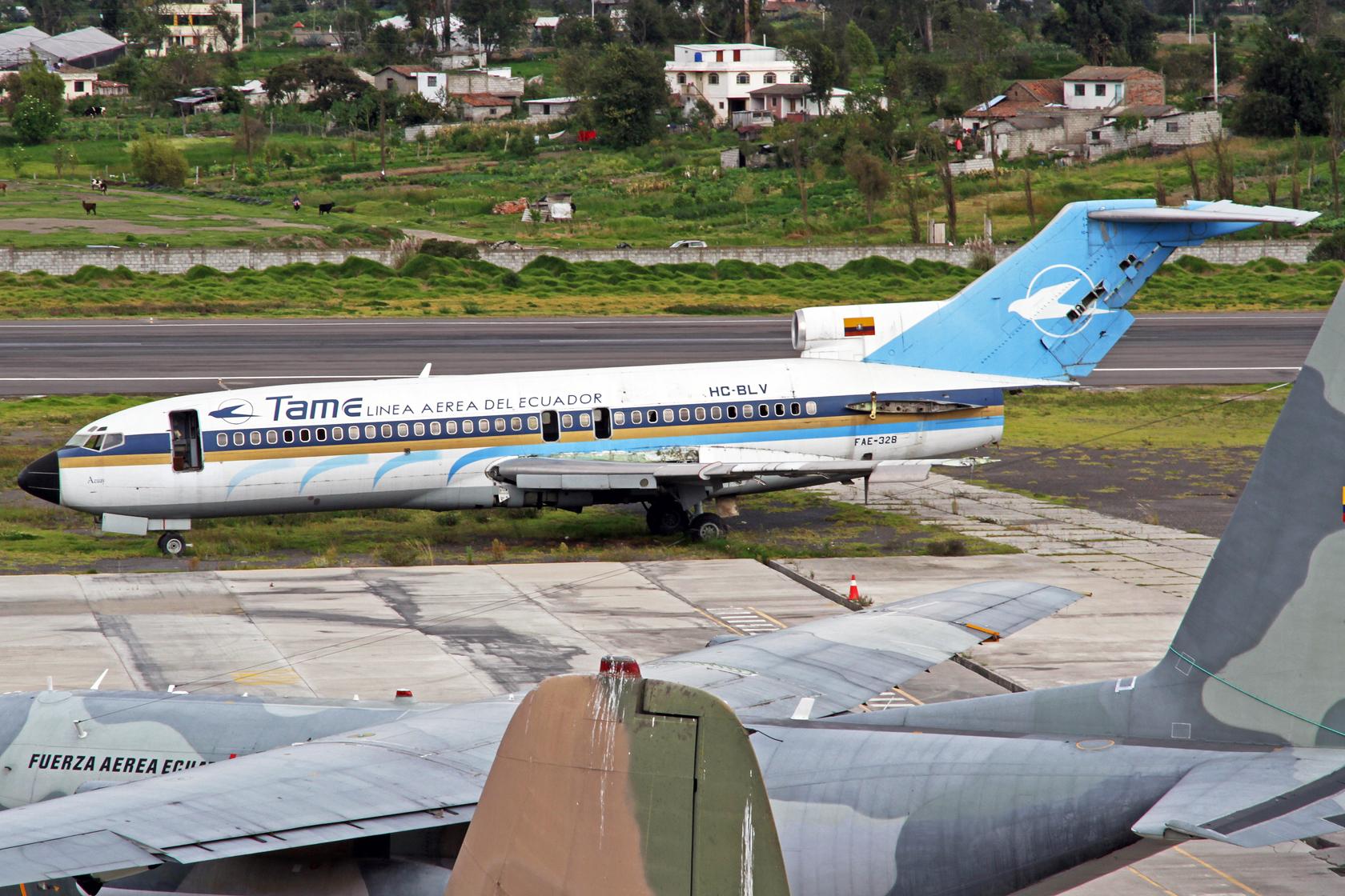 """TAME Boeing 727-017 HC-BLV (FAE-328) """"Azuay"""" - Auf dem Flughafen Latacunga gibt es auch eine """"Wrecks & Relics"""" Ecke. Leider kann man von den dort abgestellten Maschinen nur sehr schwer Fotos machen. Deshalb hier nur beispielhaft diese ehemalige CP Air 727"""