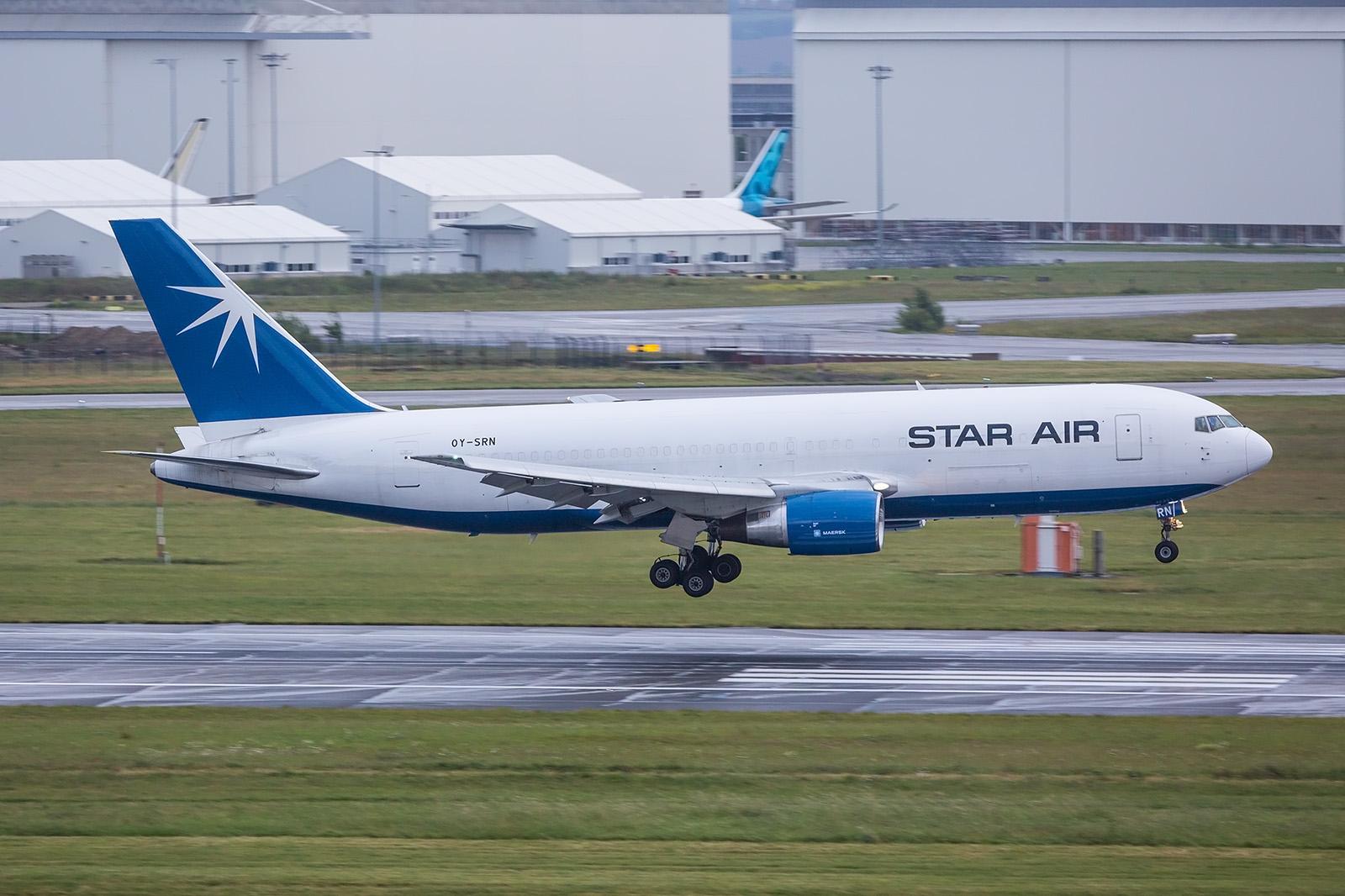 Einer der morgendlichen Frachtkurse ist die Boeing 767-200 der Star Air.