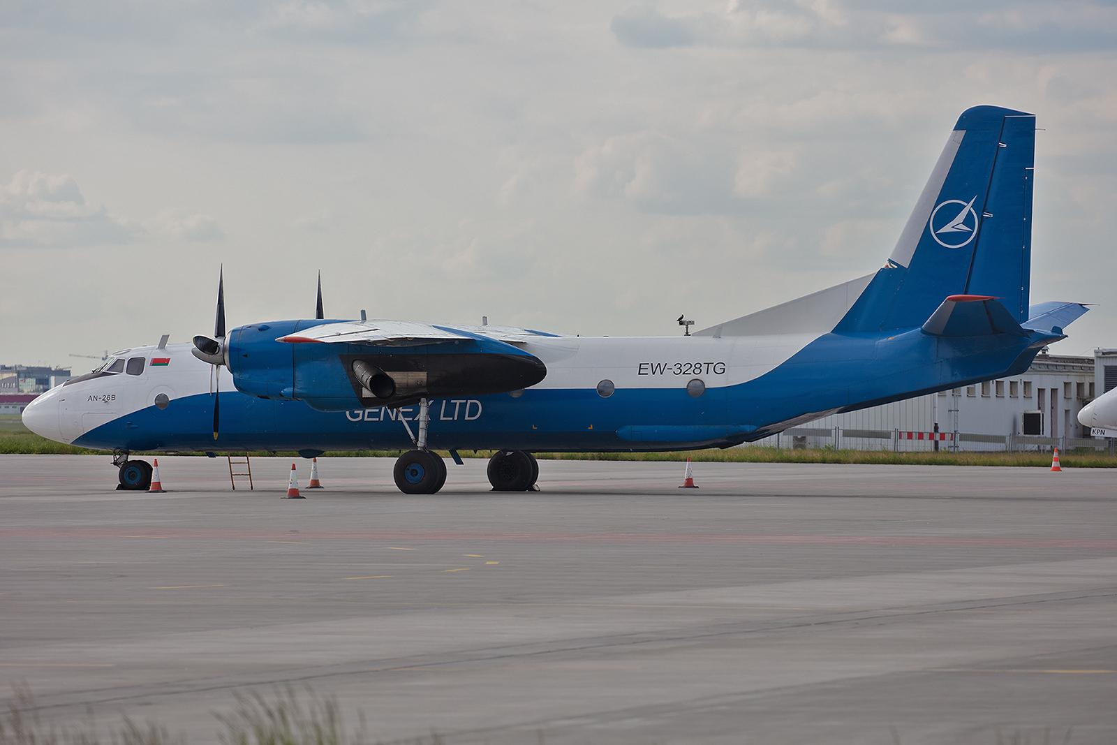 Die Antonov An-26B EW-328TG verkehrt nachts als Frachter zwischen Warschau und Minsk.