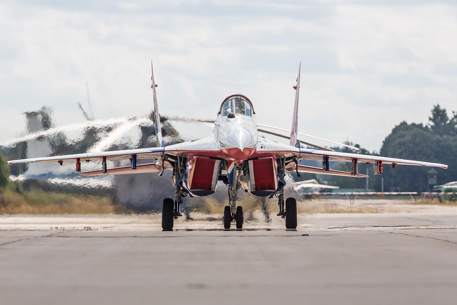 Beim Rollen sind die unteren Lufteinlässe der MiG-29 verschlossen, um keinen Schmutz einzusaugen.
