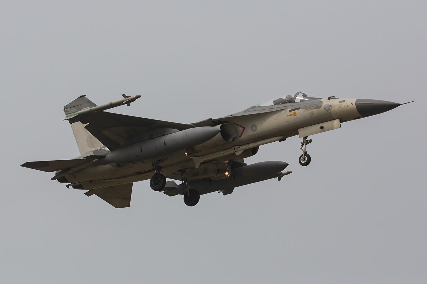 """QRA-Maschine der 9th TFW mit zwei AIM-9 Sidewinder und einer """"Tien Chien 2"""" die aus der AIM-120 AMRAAM entwickelt wurde."""