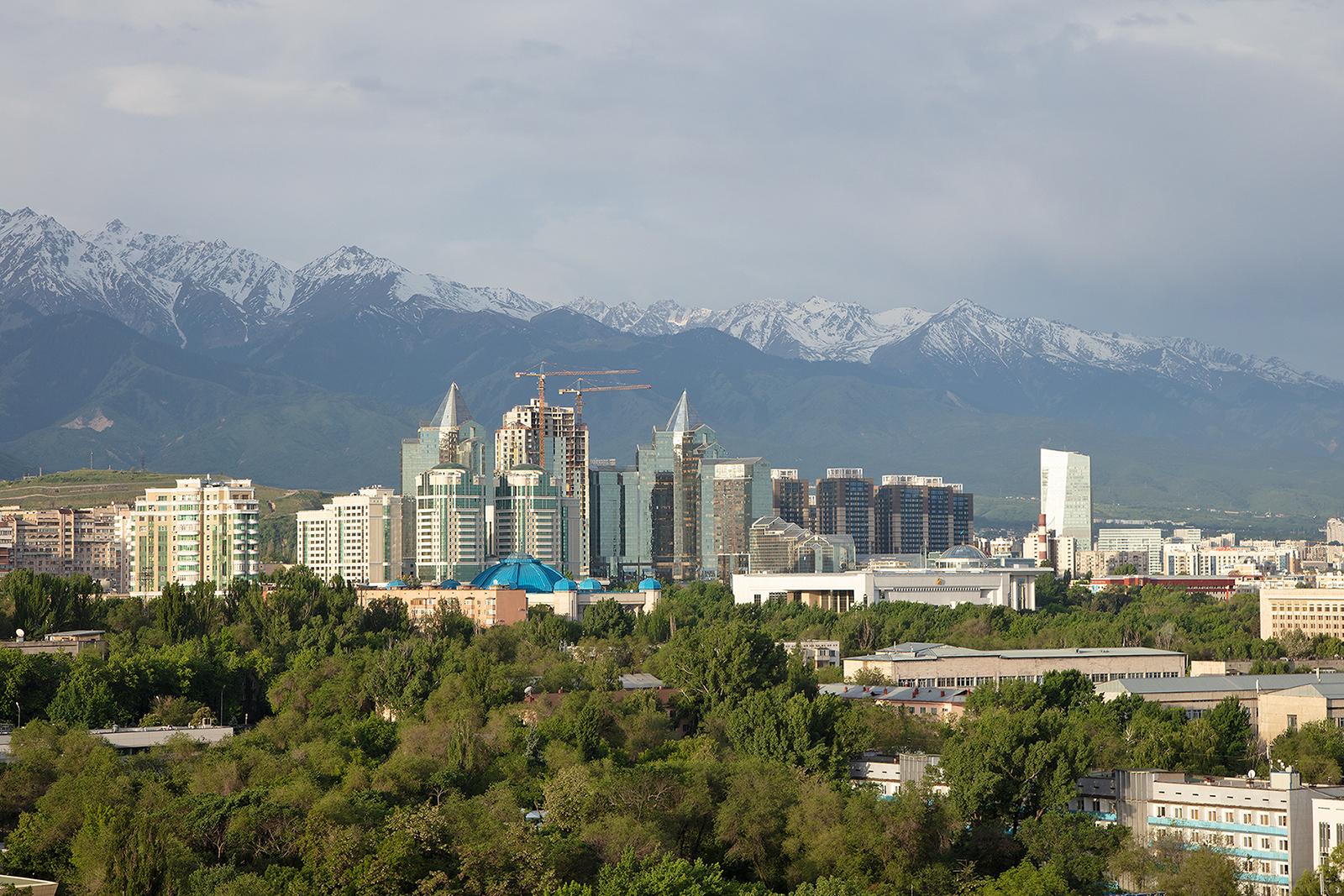 Blick aus dem Hotel Kazakhstan auf die Innenstadt und das Gebirge.