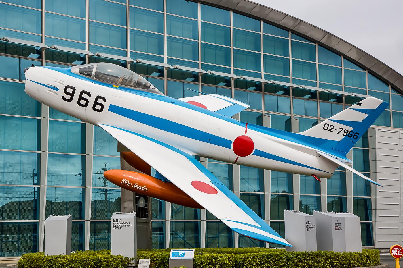"""Vor dem Eingang des Hamamatsu Air Parks begrüßt diese F-86 in den Farben der """"Blue Impulse"""" die Besucher."""