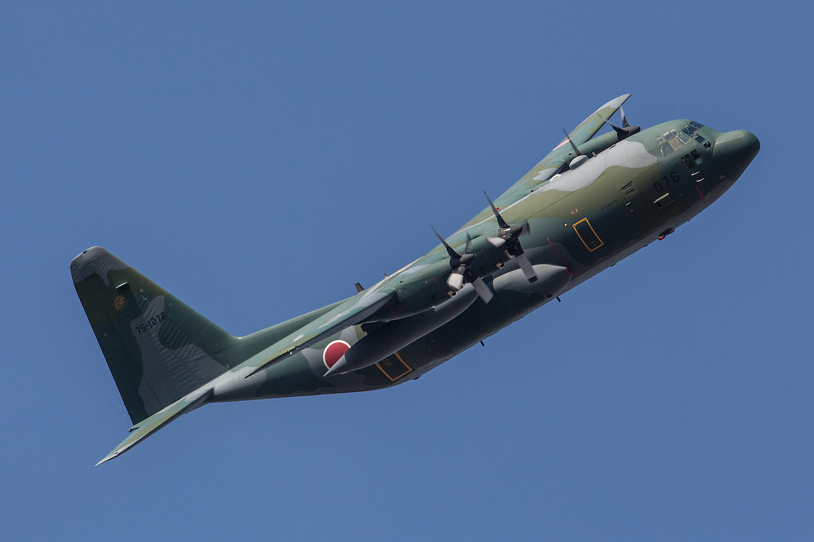 Diese C-130H aus dem benachbarten Komaki brachte einige Fallschirmspringer.