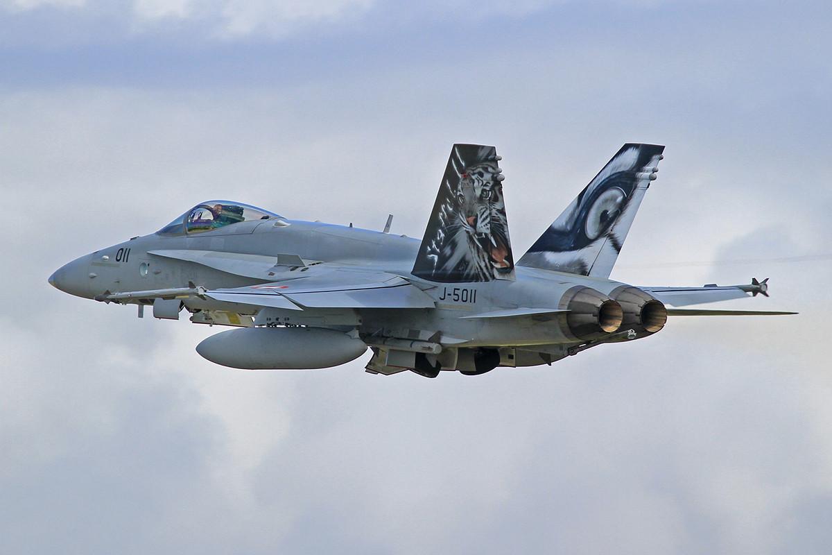 """Die """"5011"""" paßt zur Staffelbezeichnung, auch die Staffeln 17 und 18 in Payerne haben ihre bunten Flieger."""