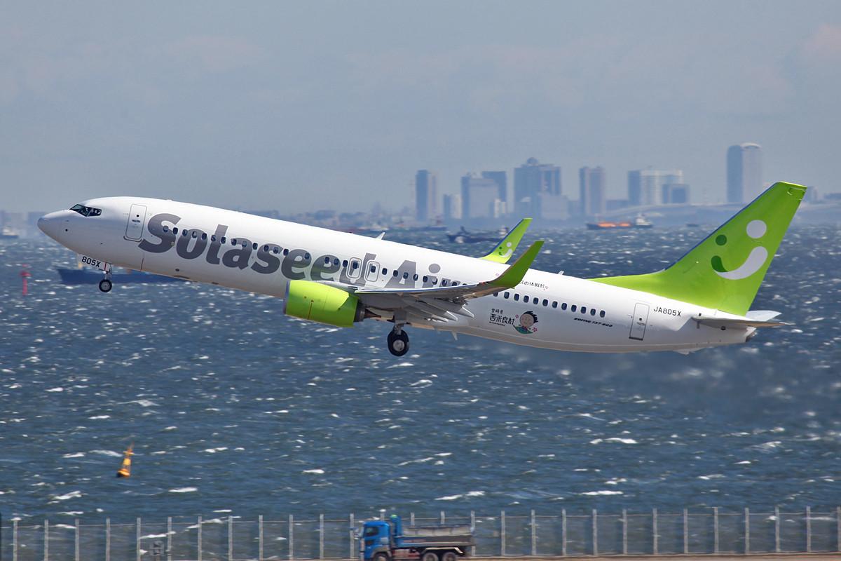 und das Funkeln des Sonnenlichtes läßt die Flieger, wie diese Boeing 737-800 der Saloseed beinahe plastisch erscheinen.