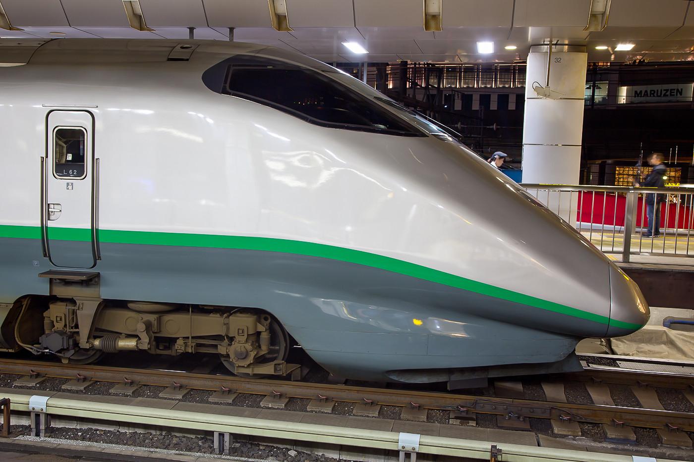 """Baureihe E3 als """"Tsubasa-Shinkansen"""" nach Shinjo. Ab Fukushima fährt er auf Grund der vielen Kurven nur noch 130 km/h. Bis dort kann er 275 km/h fahren."""