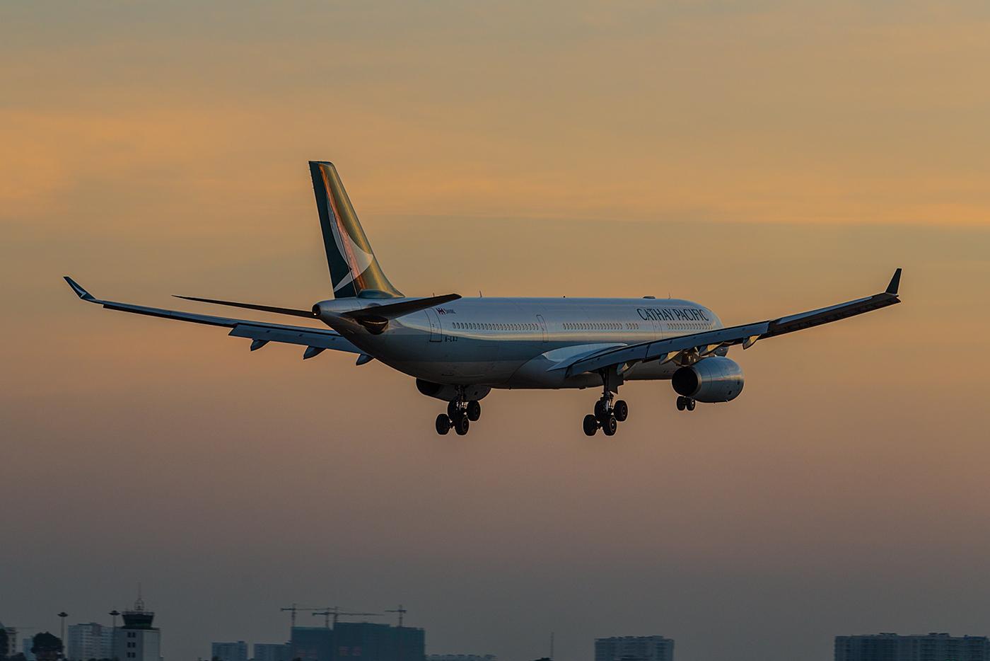 Cathay Pacific A330 im letzten Abendlicht.