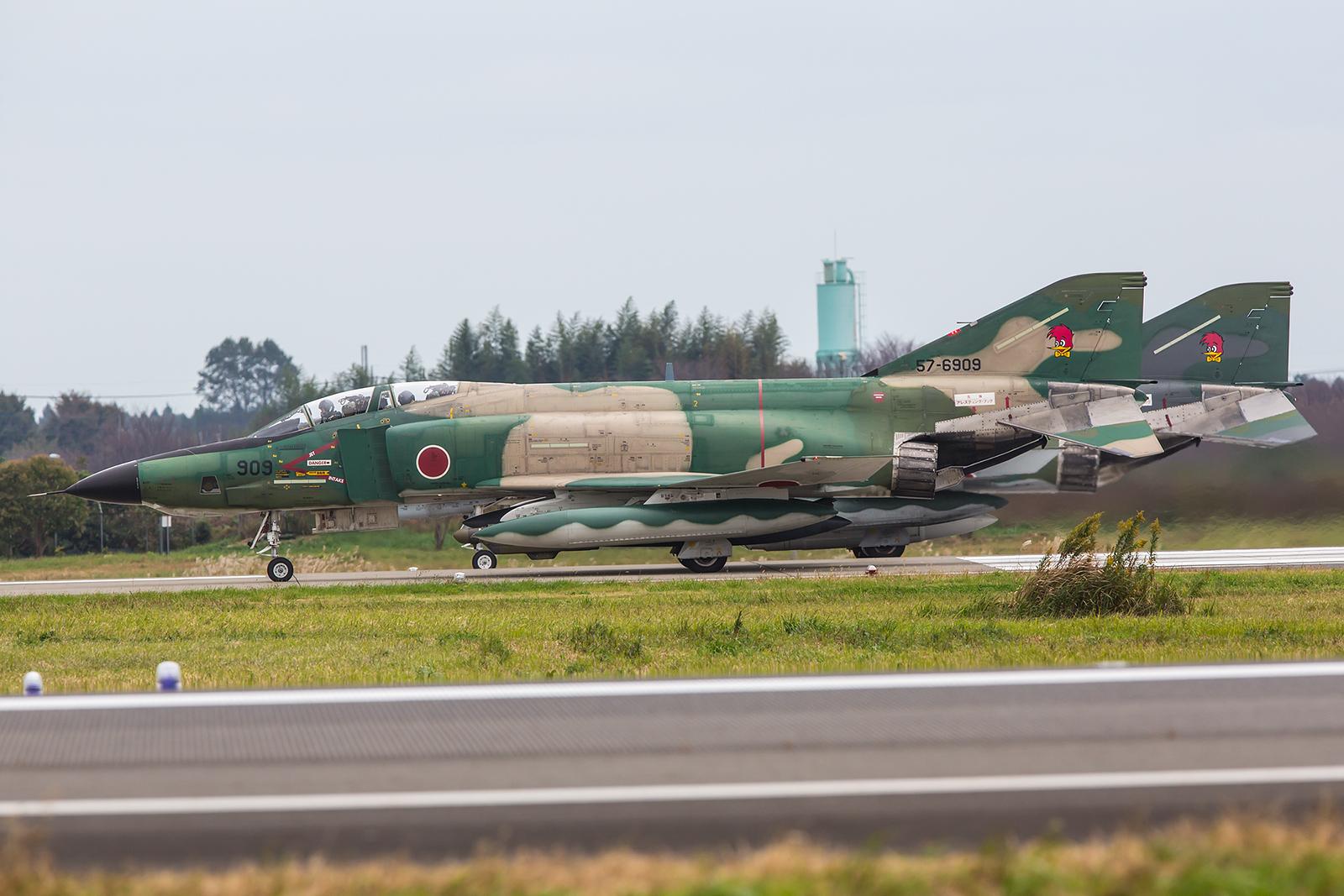 Zwei RF-4EJ warten auf die Freigabe.