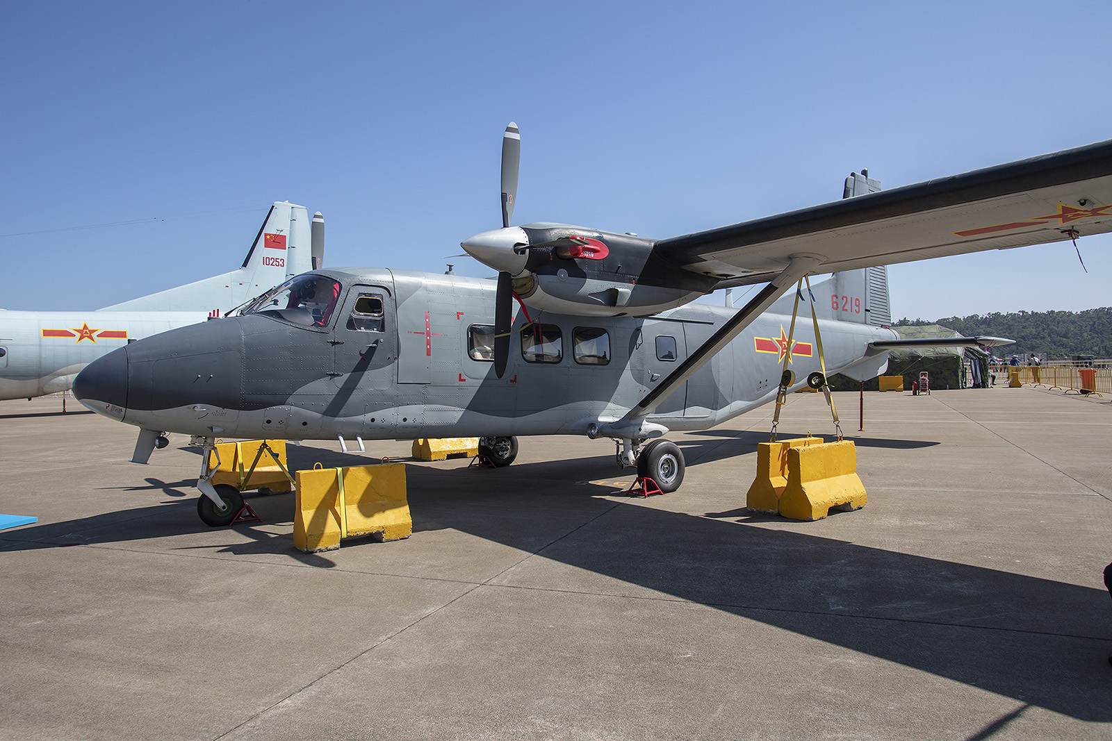 Schon seit 1982 baut China die Harbin Y-12. Der kleine Transporter ist nicht nur im Reich der Mitte unterwegs, sondern auch in kleinen Inselgruppen in der Südsee.