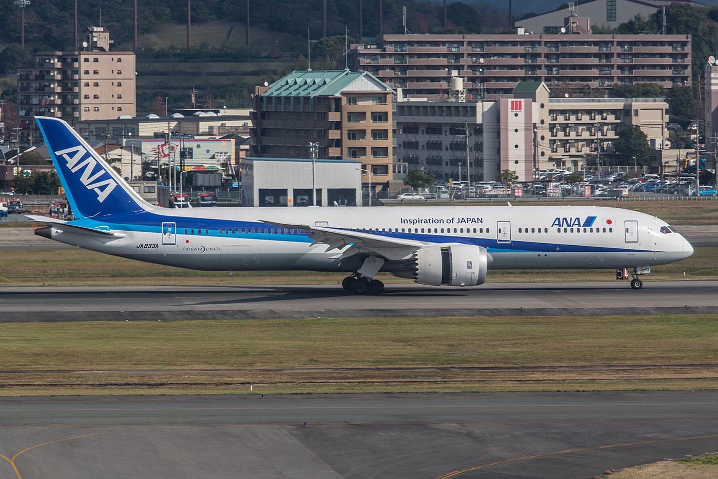JA833A, eine Boeing 787-9. Auf Inlandsrouten haben die Flieger leider keine besonders bequeme Sitzanordnung, bewegen jedoch recht viele Passagiere.