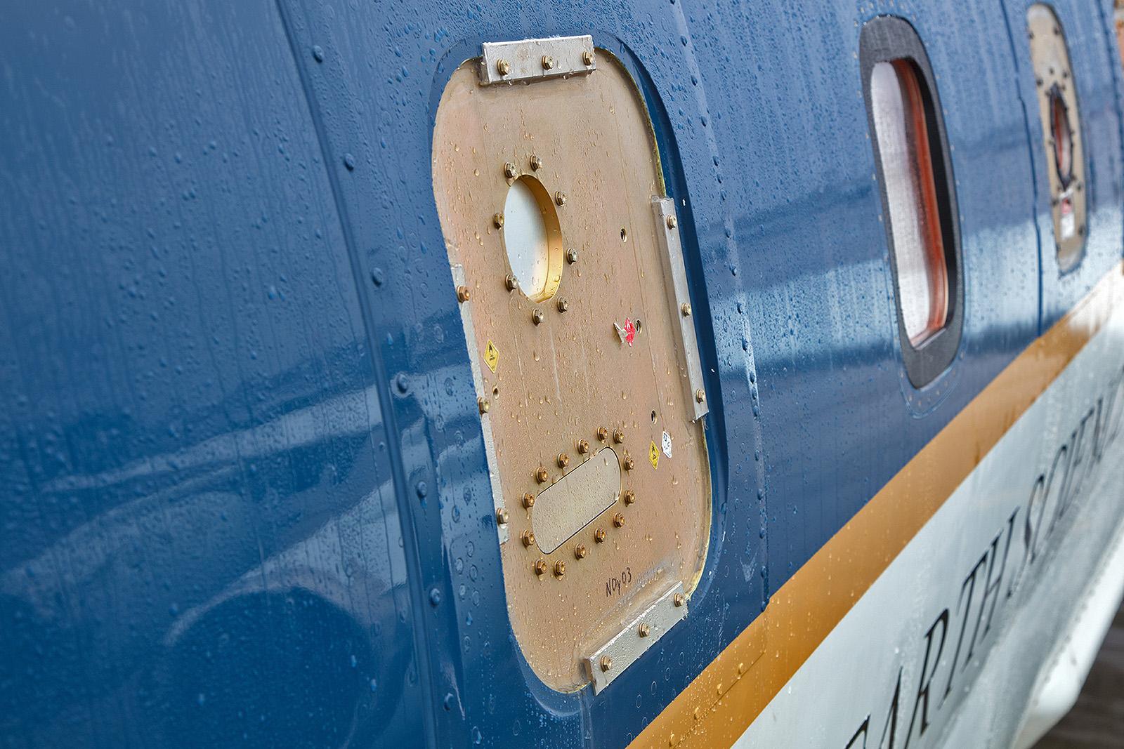 An einigen Fenstern ist das Glas gegen diese Platten ausgetauscht, hier können Sensoren verbaut werden.