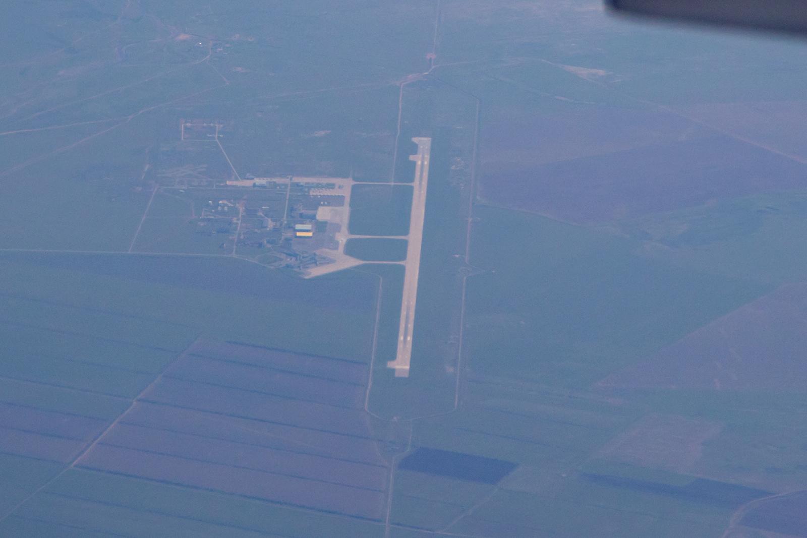Überflug über den Flughafen von Karaganda, die Punkte auf den hinteren Rampen sind die MiG-31 der kasachischen Luftwaffe.