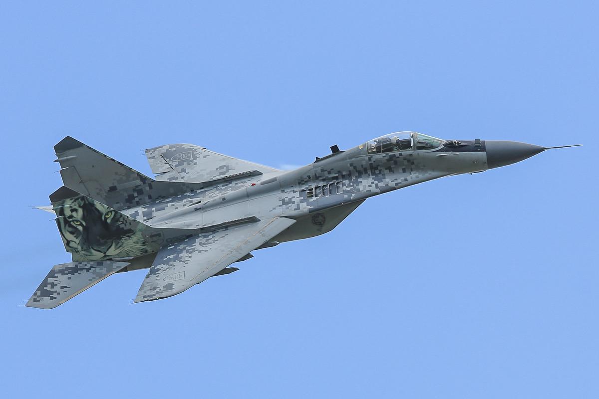 Die 0921 hat neu den Tiger am Heck, hinter dem Cockpit erkennt man die Antenne der MIG-29AS.