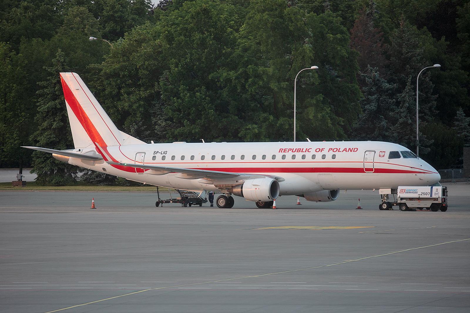 Die SP-LIG ist schon seit einigen Jahren von LOT an die polnische Luftwaffe vermietet. Nach dem Absturz einer Tu-154 bei Smolensk brauchte man schnell Kapazitäten im VIP-Transport.