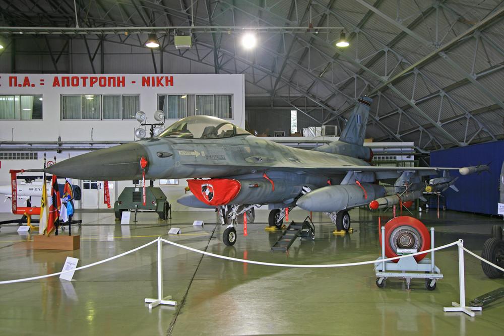 Eine F-16 der 341. Mira mit der typischen Bewaffnung für den Luftkampf.