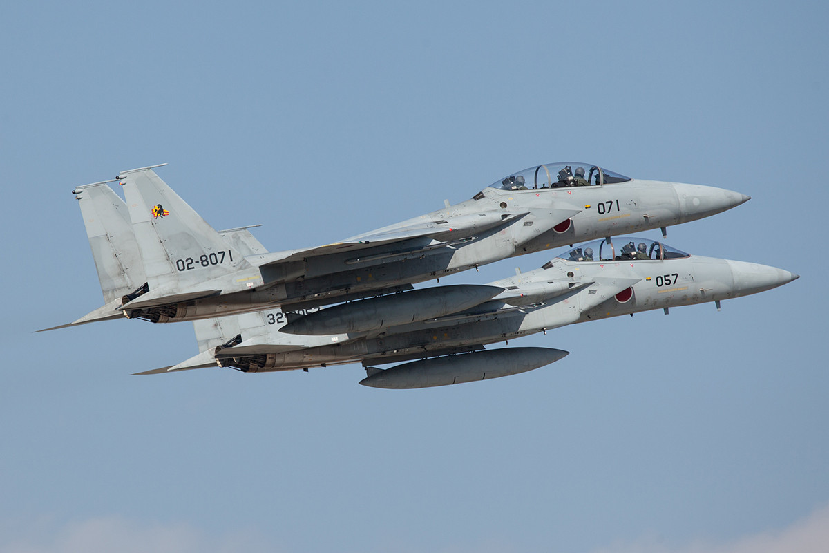 Auch die F-15 fliegen gerne zu zweit.