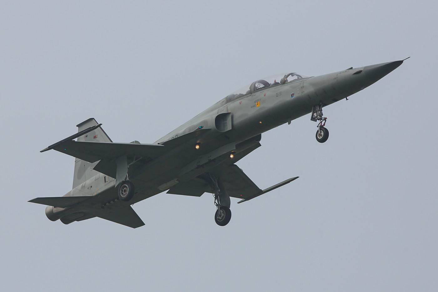 Da es in Tainan zwei Bahnen gibt und die F-5 bei ihren Anflügen ständig wechselten, war es garnicht so einfach ein paar gute Bilder zu schießen.