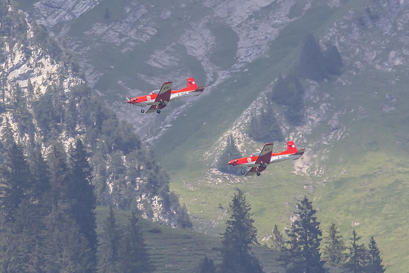 Zwei PC-7 im Downwind (Gegenanflug) auf die Piste 01.