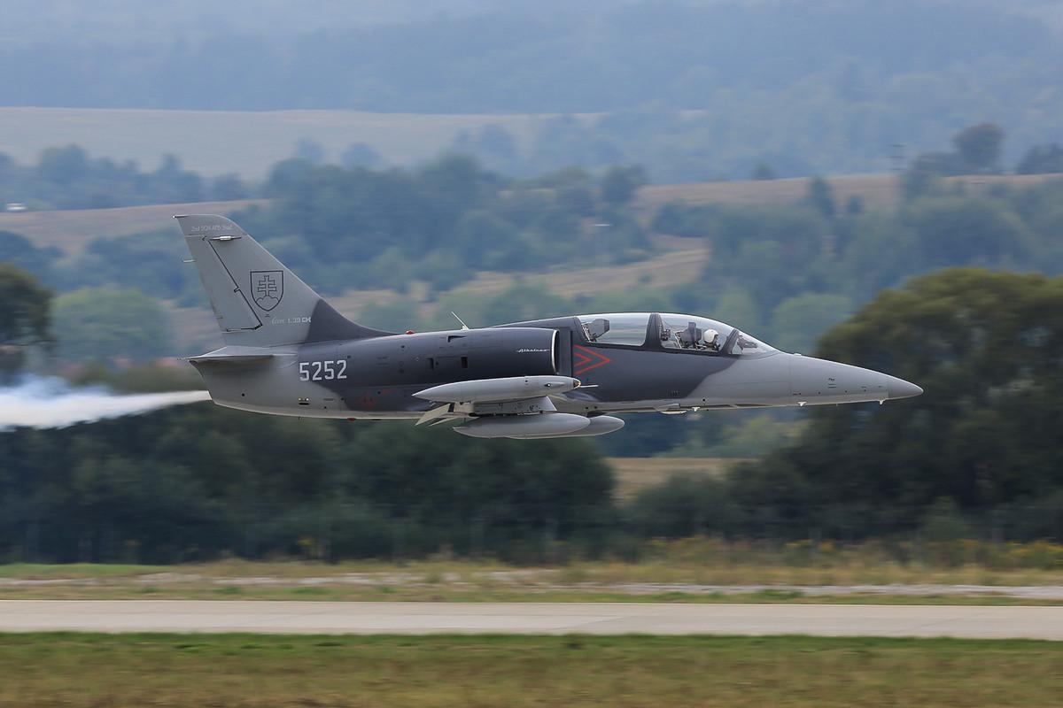 L-39 Albatros nach dem Start. Die graue Tarnung ist neu und ersetzt das bisherige Farbschema in den Nationalfarben.