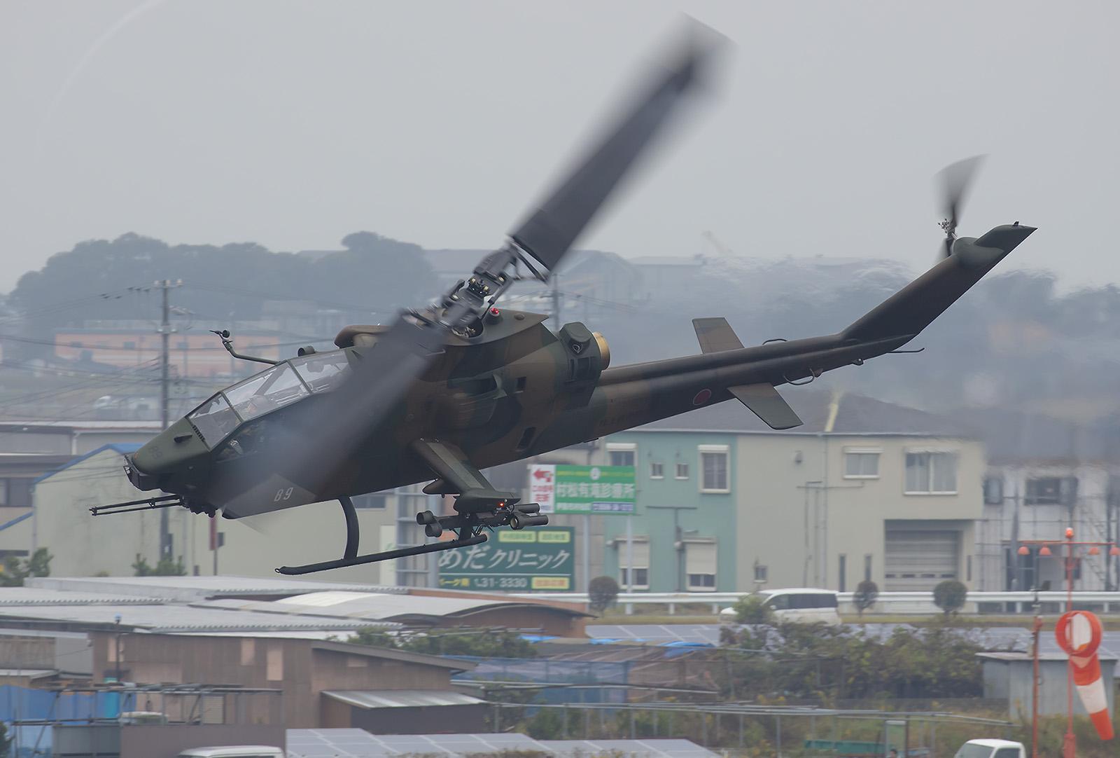 In der JGSDF ist sie noch in großer Stückzahl vorhanden, da die Einführung des AH-64D Apache Probleme bereitet.
