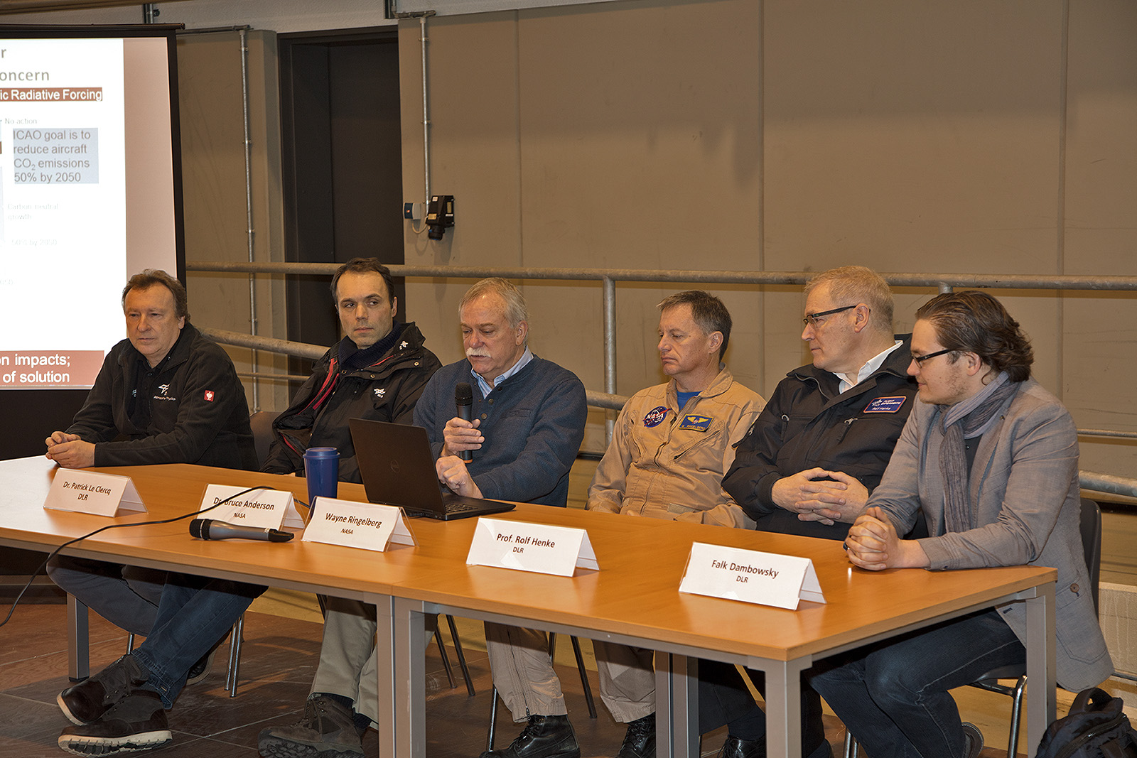 v.l.n.r.: Dr. Schlager (DLR), Dr. Le Clerq (DLR), Dr. Anderson (NASA), Pilot W. Ringelberg (NASA), Prof. Henke (DLR), F. Dambowsky (DLR)