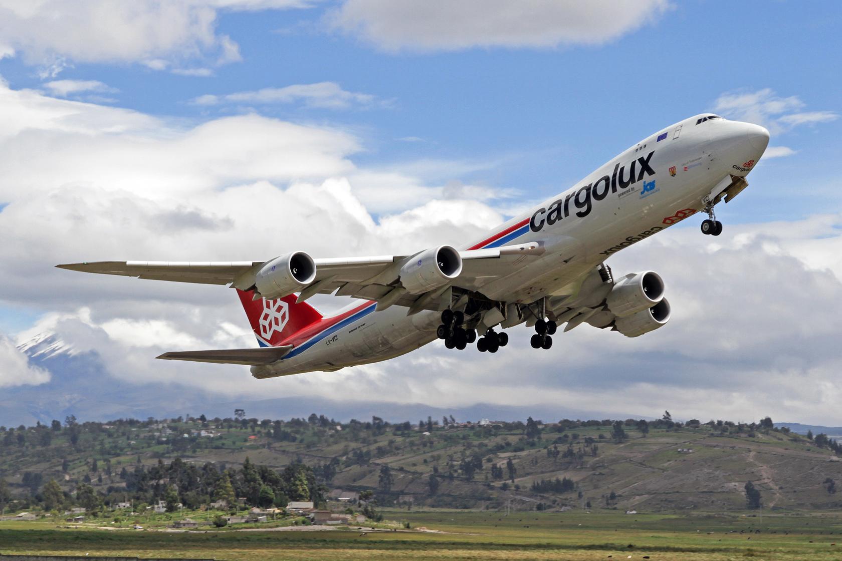 """Cargolux Boeing 747-8R7F LX-VCI """"City of Troisvierges"""" - Beladen mit Blumen geht's über BOG zurück nach LUX. Im Hintergrund ist der (leider wolkenverhangene) schneebedeckte Vulkan Cotopaxi zu sehen."""
