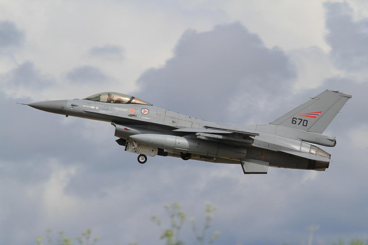 Flach kommt diese F-16 über den Sichtschutzwall.