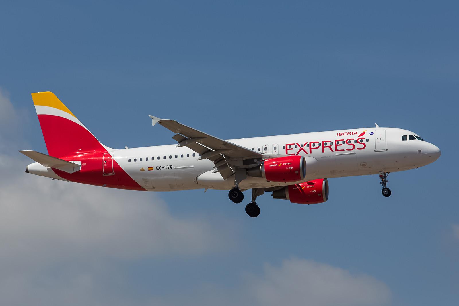 Auch Iberia hat die Sparschraube angezogen und operiert innereuropäisch als Iberia Express mit Maschinen der A 320-Reihe. Hier die EC-LVQ ein brandneuer Airbus 320-216.