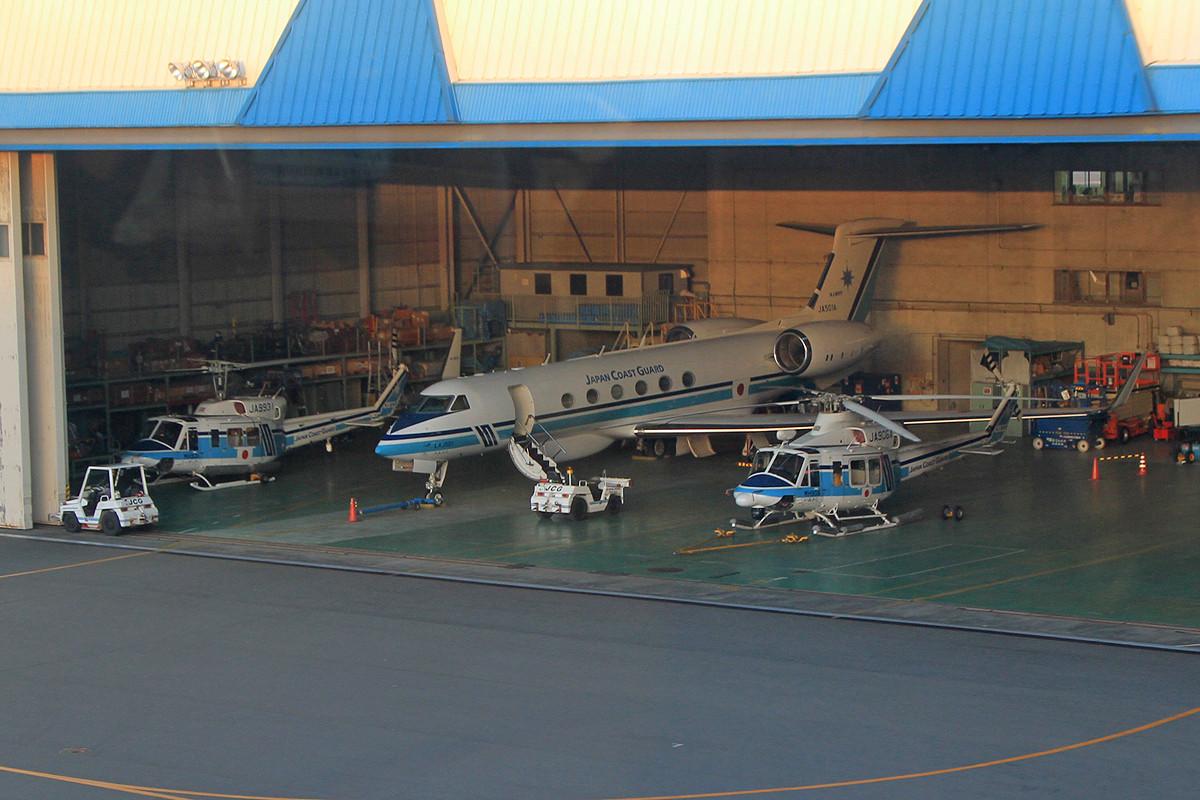 Blick in den Hangar der Coast Guard aus der Monorail.