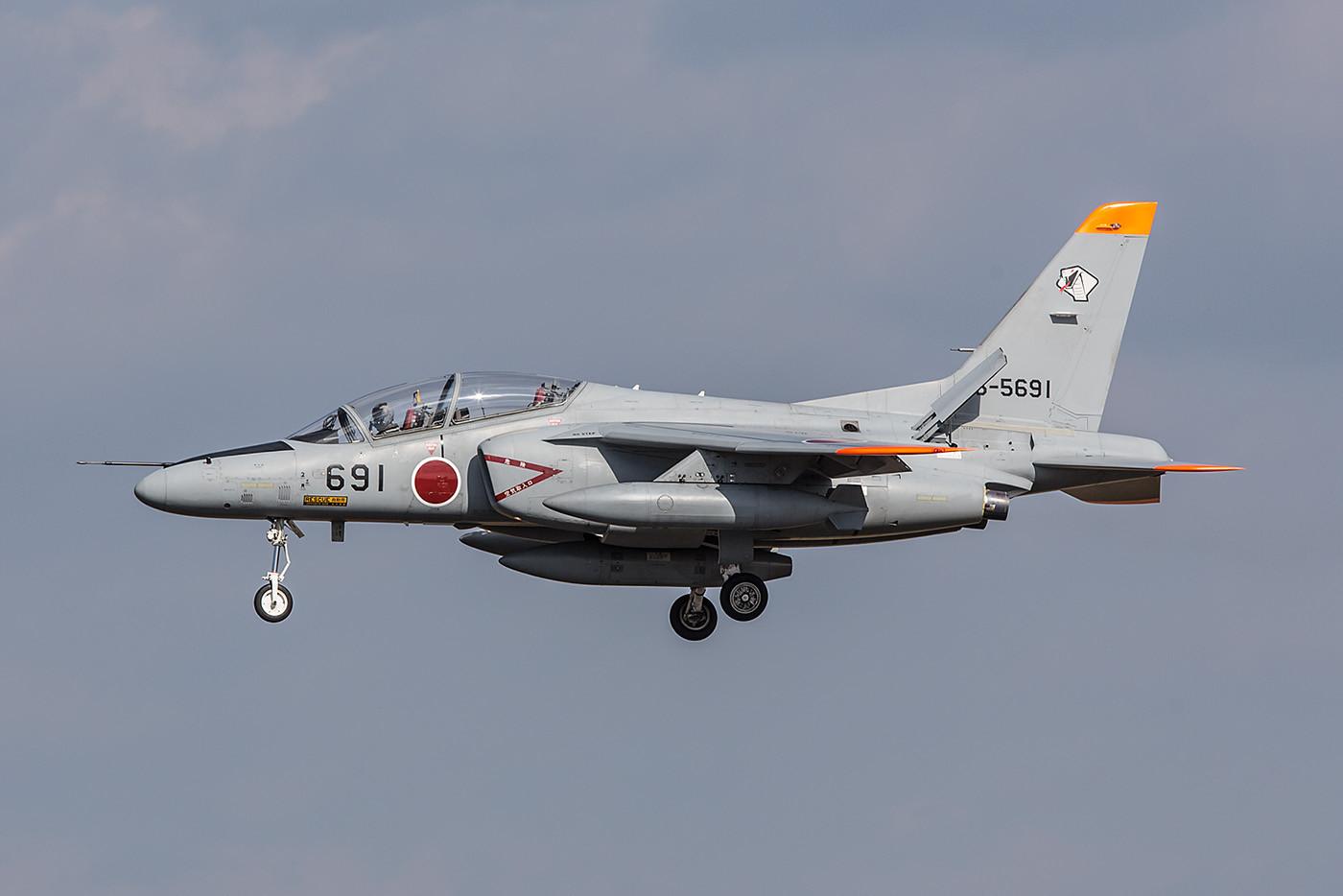 Mitsubishi T-4 mit der Cobra am Heck.