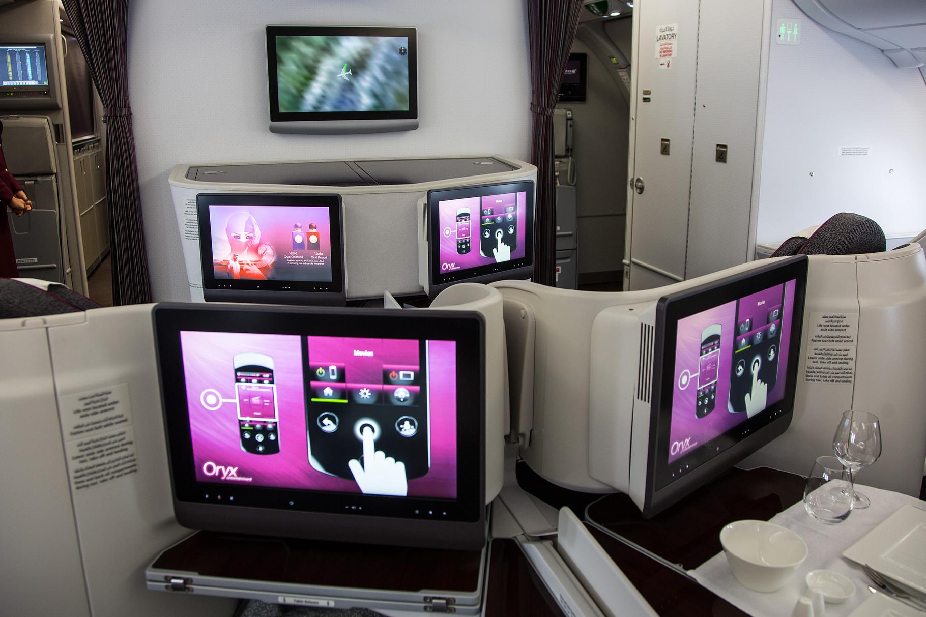 .... mit großen Bildschirmen vor den Liegesitzen