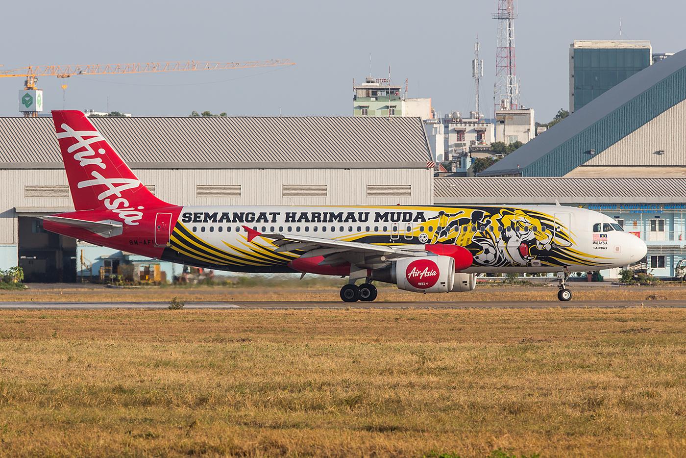 Einer der zahlreichen bunten A320 der AirAsia aus Malaysia.
