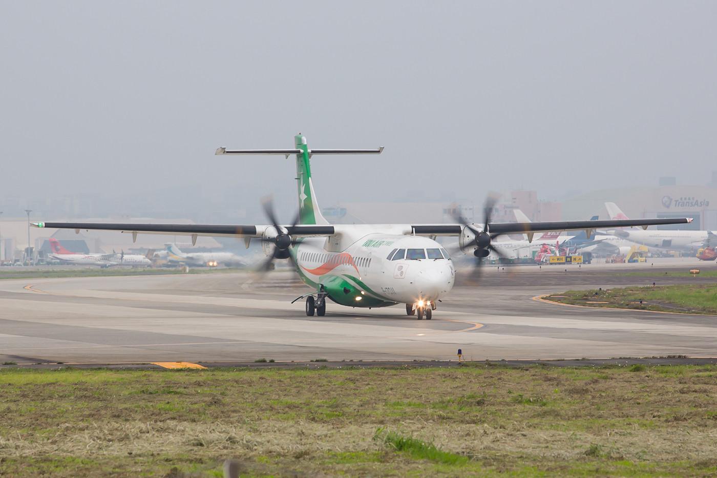Der Stadtflughafen wickelt eher Inlandsflüge ab, hat aber auch einige Verbindungen z.B. nach Japan.