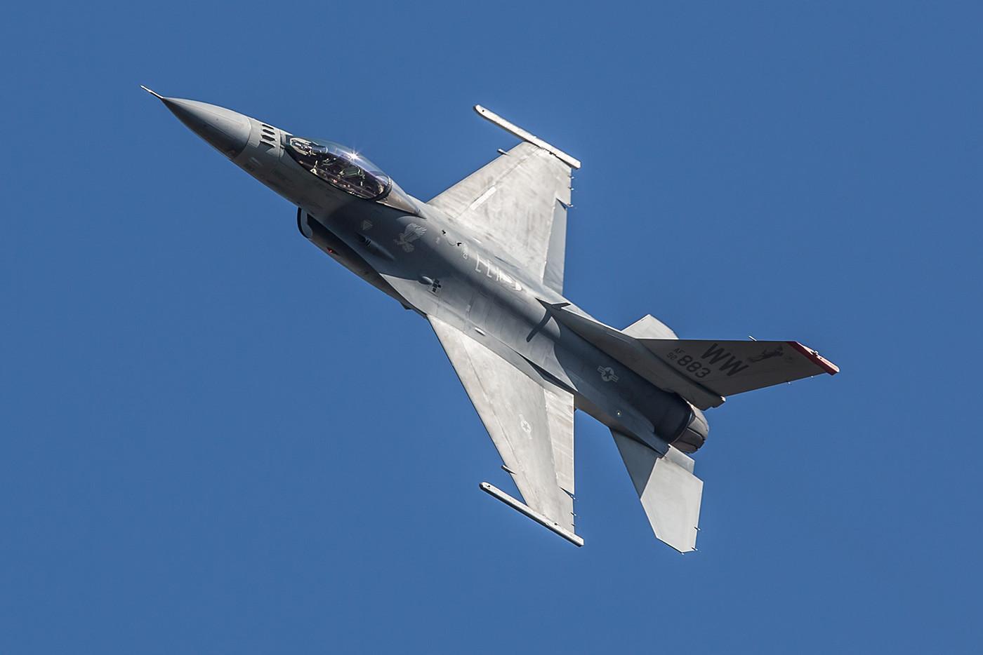 F-16 Solodisplay der USAF aus Misawa. Wenn man die europäischen F-16 Vorführungen kennt, ist es wenig spektakulär.