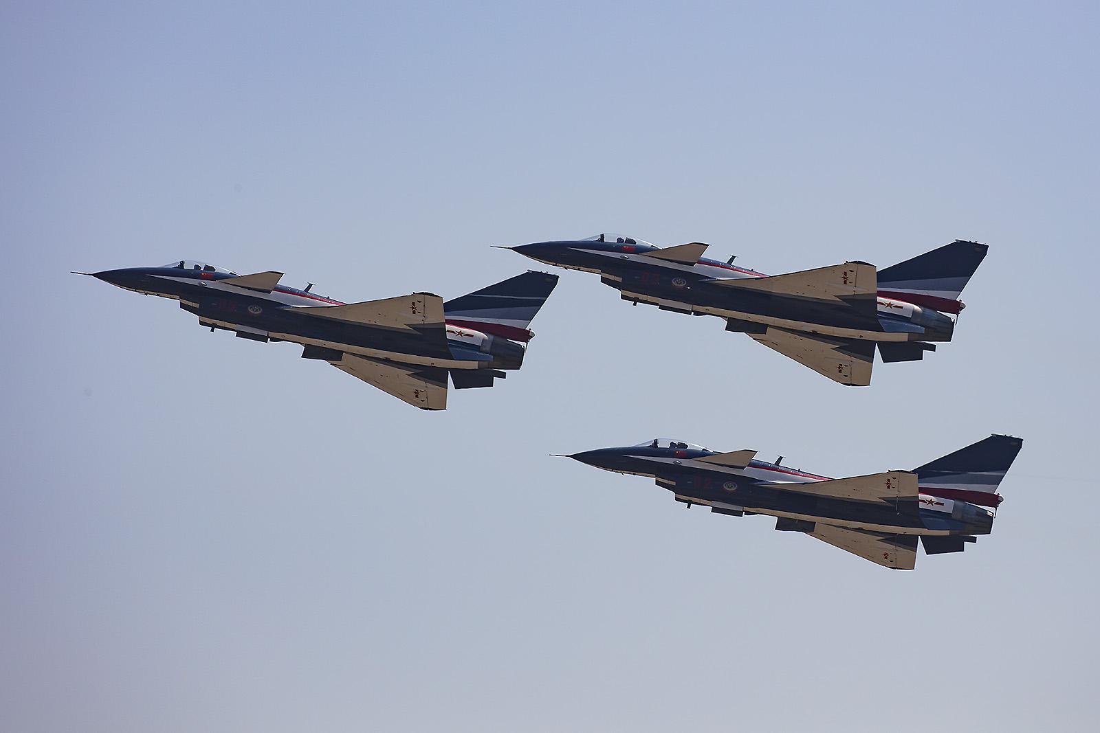 """Die J-10 der """"1st August""""-Teams weichen erheblich vom Serienmuster ab."""