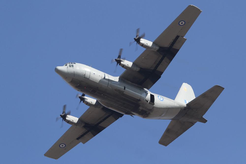 Eine der letze C-130B beim Absetzen der Fallschirmjäger.