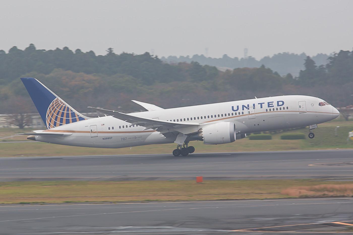 Die N29907 der United verläßt Narita. Wie der Kenner verrät stammt sie noch aus einer alten Order der Continental.
