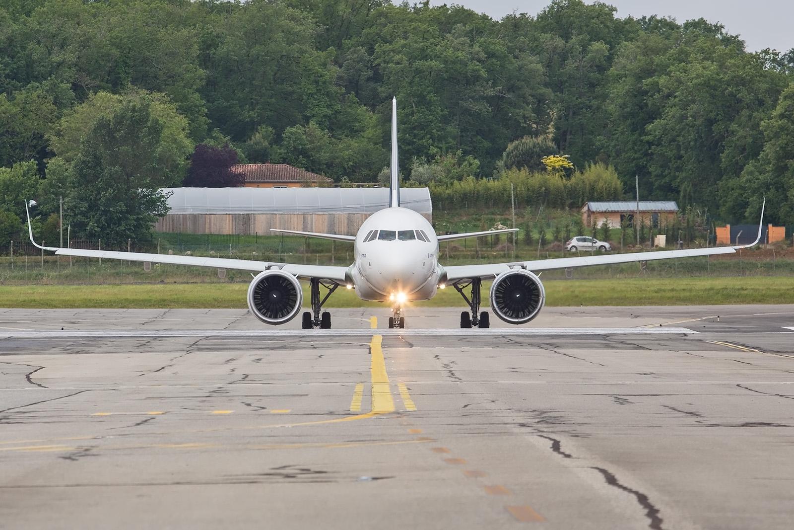 Frontalansicht der A320NEO mit den im Vergleich zum Rumpf sehr großen Triebwerken.