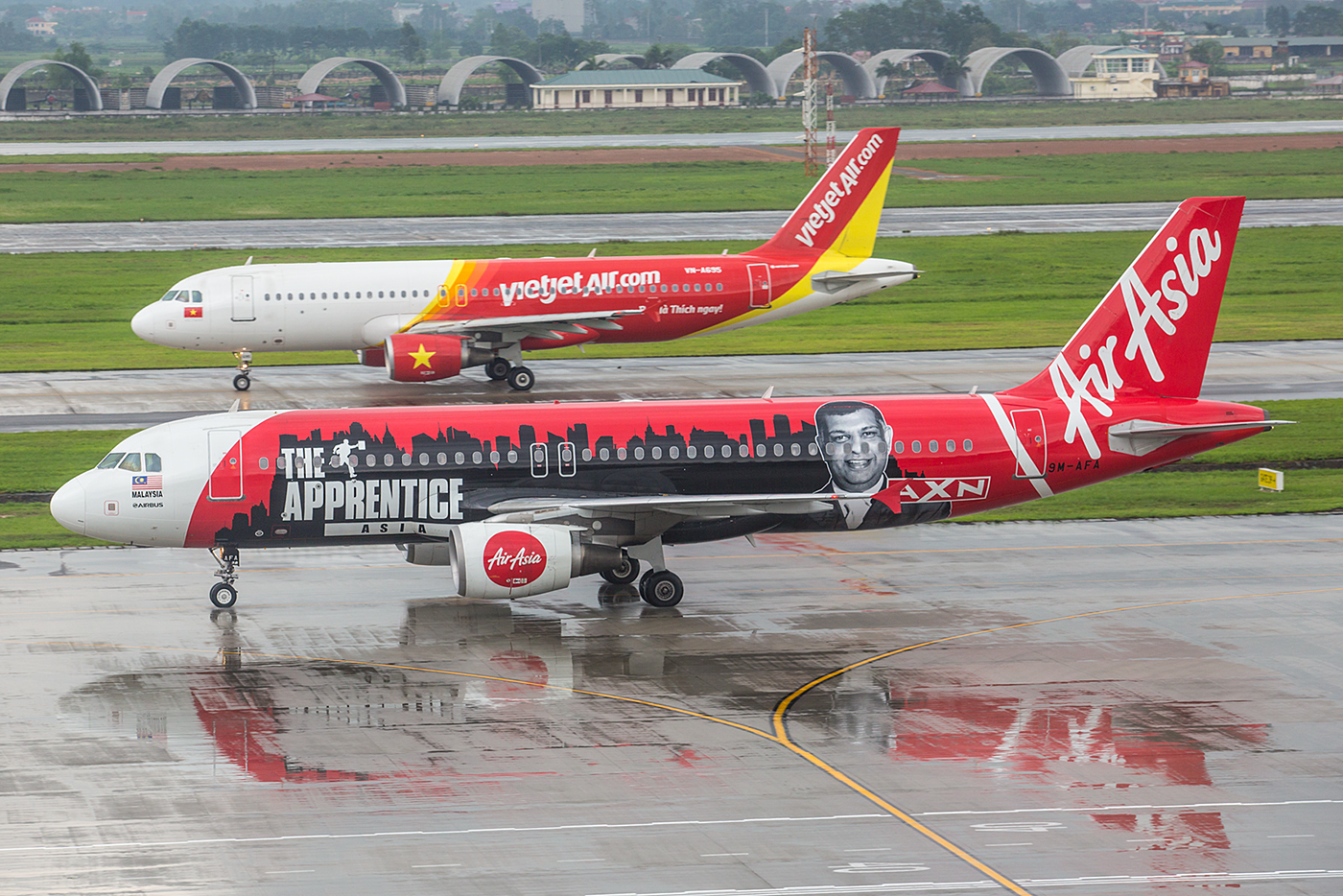 Diese A320 der AirAsia aus Malaysia macht Werbung für eine Realitysoap auf dem Bezahlsender AXN.