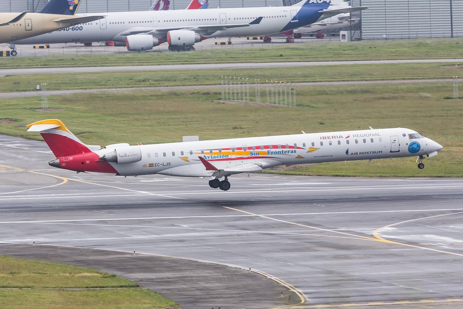 """CRJ-1000 der Air Nostrum mit einer Werbelackierung für """"Luftfahrt ohne Grenzen""""."""