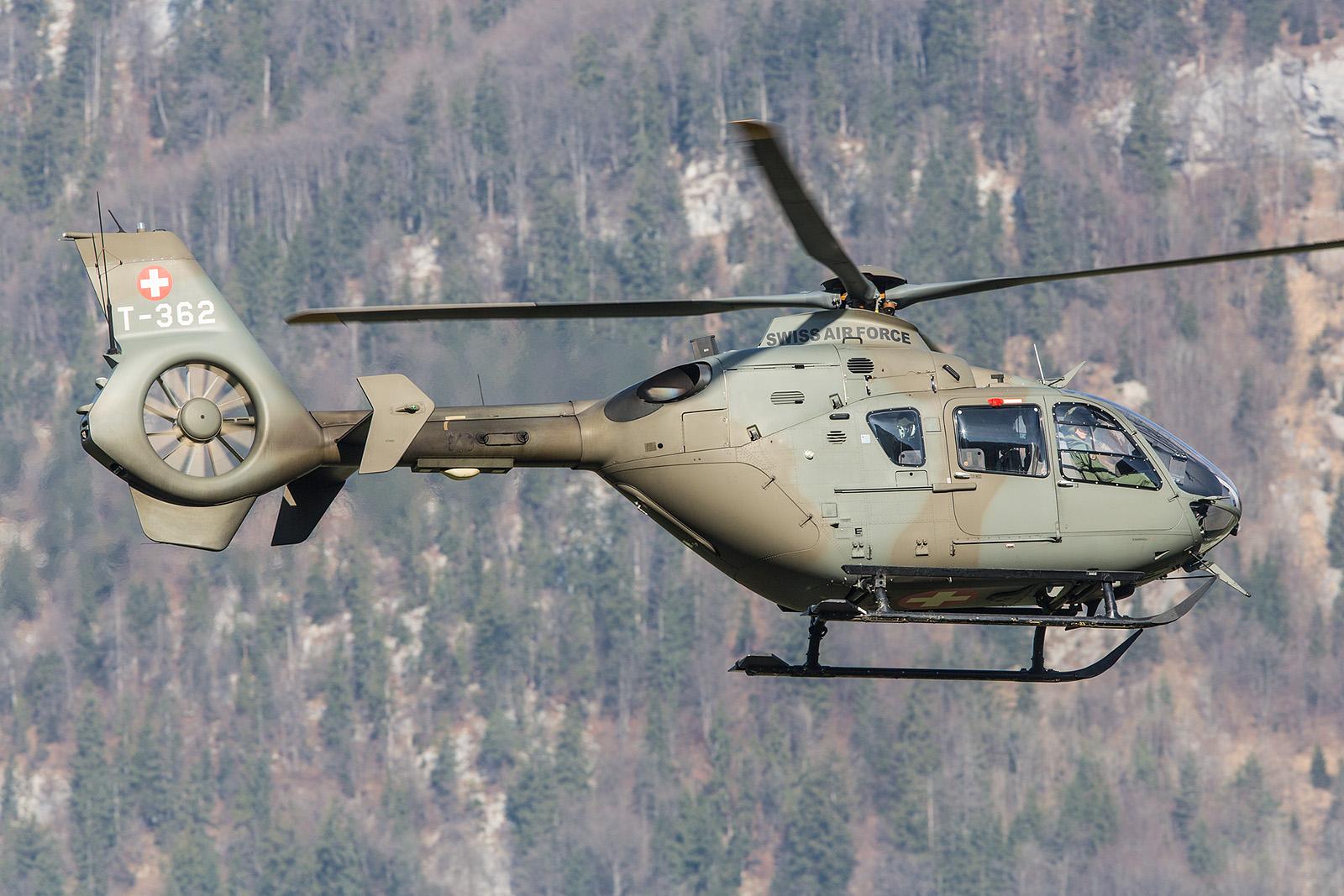 Im Rahmen der Pilotenschule drehten einige der EC-635 Platzrunden.